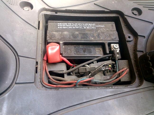 アドレスV125のバッテリーカバーを外す