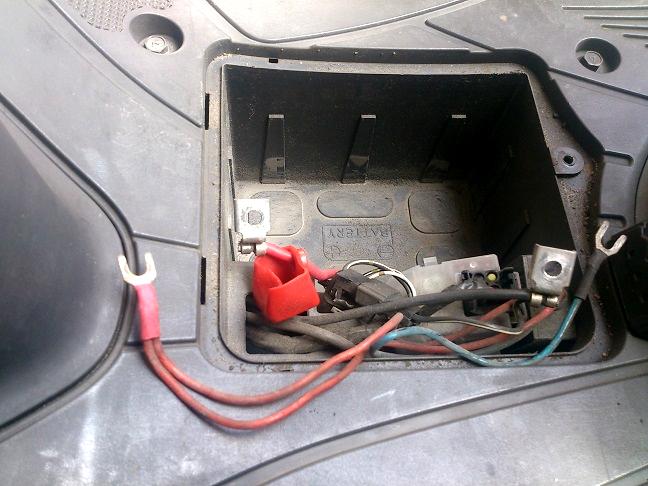 アドレスV125からバッテリーを抜く